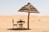 table et chaise dans le désert
