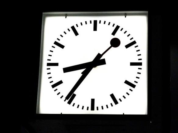 en retard horloge de gare