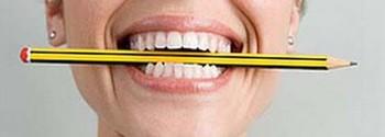 crayon dans la bouche
