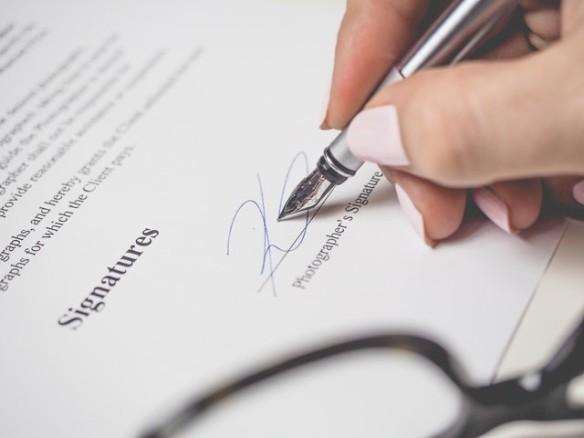 signature sur un contrat de travail