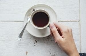 pause-café une tasse pleine de café et une main