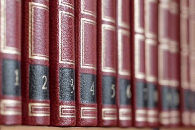 livres avec couverture en cuir rouge